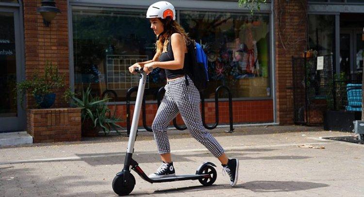 девушка едет на электросамокате NineBot KickScooter Es2
