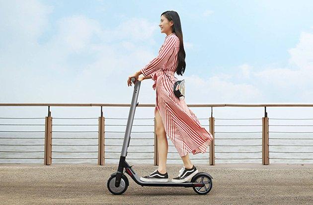 девушка катается на электросамокате NineBot KickScooter Es2