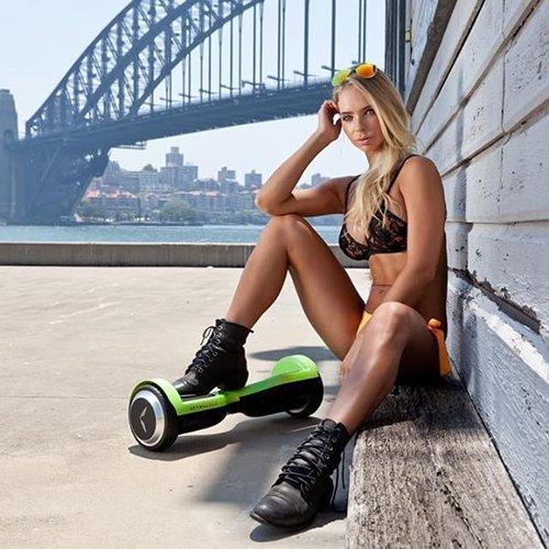 девушка с гироскутером